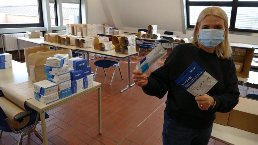 Mitarbeiterin Simone Musial konfektionierte die FFP2-Masken und Corona-Selbsttests im Haus des Handwerks in Soest. (Foto: Kreishandwerkerschaft Hellweg-Lippe)