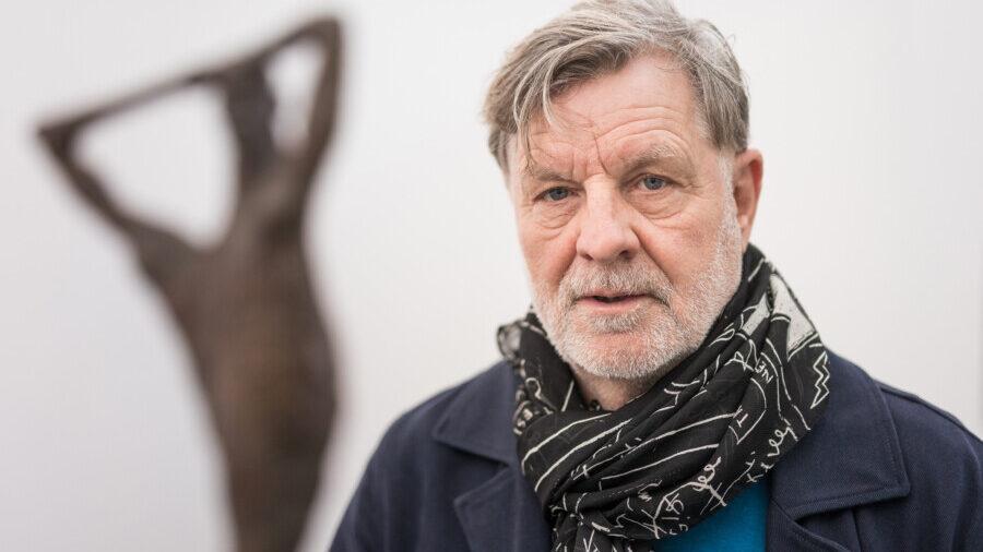 """Man zählt ihn zu den """"jungen Wilden"""": Rainer Fetting in seiner Ausstellung (Foto: Roland Baege/Dortmunder U)"""