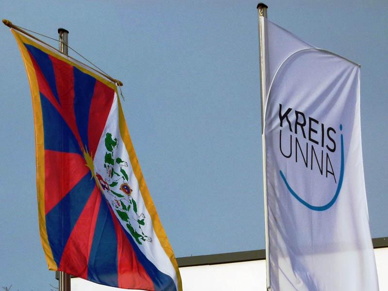 Die Flagge am Kreishaus erinnert zum Jahrestag am 10. März an den Aufstand des tibetischen Volkes gegen das kommunistische China. (Foto: S.Kronenberg Kreis Unna)