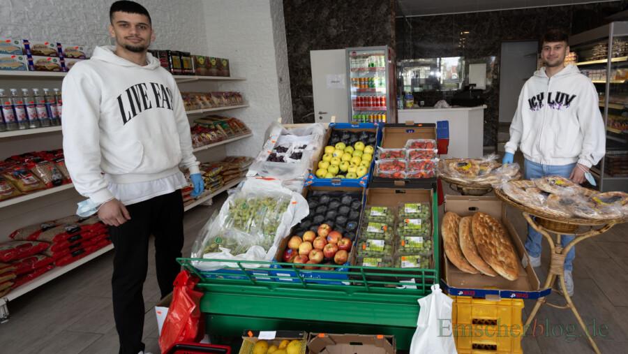Führen den neuen Mini-Markt an der Nordstraße: die Brüder Kaniwar (li., 21 Jahre) und Serhat Uzun (19 jahre). Neben mediterranen Spezialitäten gibt es täglich frisches Obst und Gemüse in ihrem Laden. (Foto: P. Gräber - Emscherblog)
