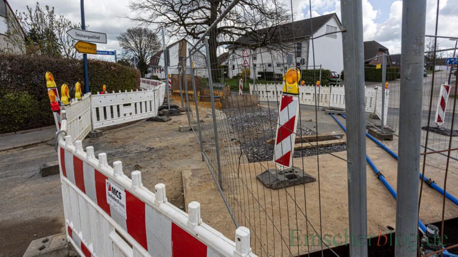 Die Wasserleitung in diesem Bereich ist och immer nicht angeschlossen:  die Baugrube im Einmündungsbereich Landskroner Straße/Römerstraße. (Foto: P. Gräber - Emscherblog)