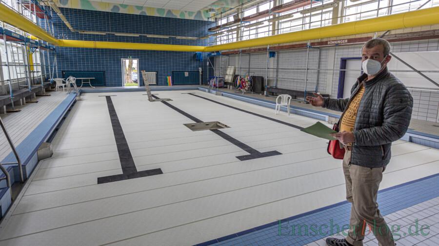 Das aktuelle Verbot des Badebetriebs nutzt Betriebsleiter Stefan Petersmann für vorgezogene Malerarbeiten im Deckenbereich. Aber auch sonst ist nahezu alles neu in der Kleinschwimmhalle. In der hinteren Wand erkennbar: die Fluchttür, mit der 2016 die grundlegende Sanierung begann. (Foto: P. Gräber - Emscherblog)