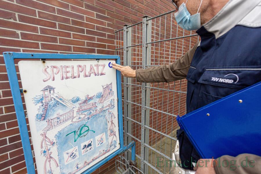 Nach der Begutachtung bescheinigt der Sachverständige Rainer Fahrenberg mit dem TÜV-Siegel  den einwandfreien Zustand der Spielgeräte an der Nordschule. (Foto: P. Gräber - Emscherblog)