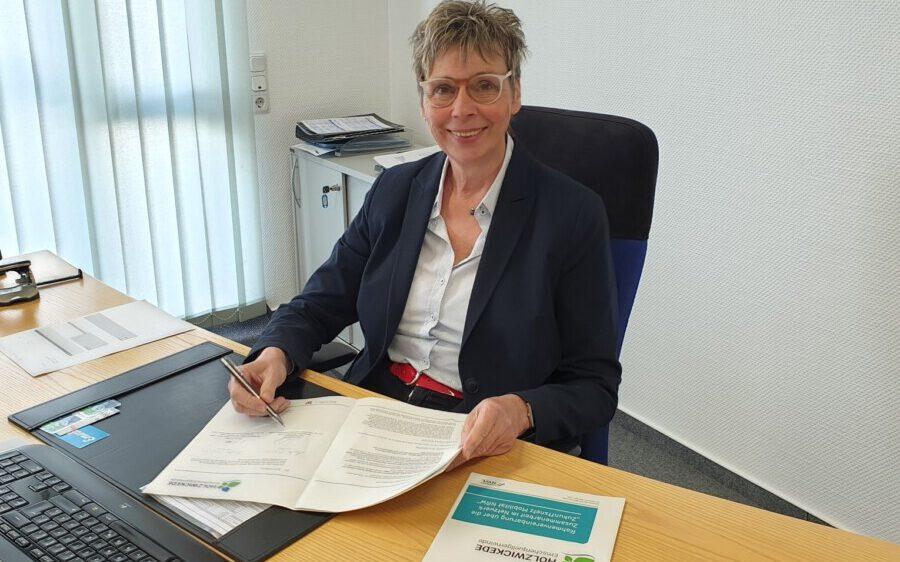 Bürgermeisterin Ulrike Drossel unterzeichnete in dieser Woche die Beitrittsvereinbarung zum Zukunftsnetz Mobilität NRW. (Foto: Gemeinde Holzwickede)