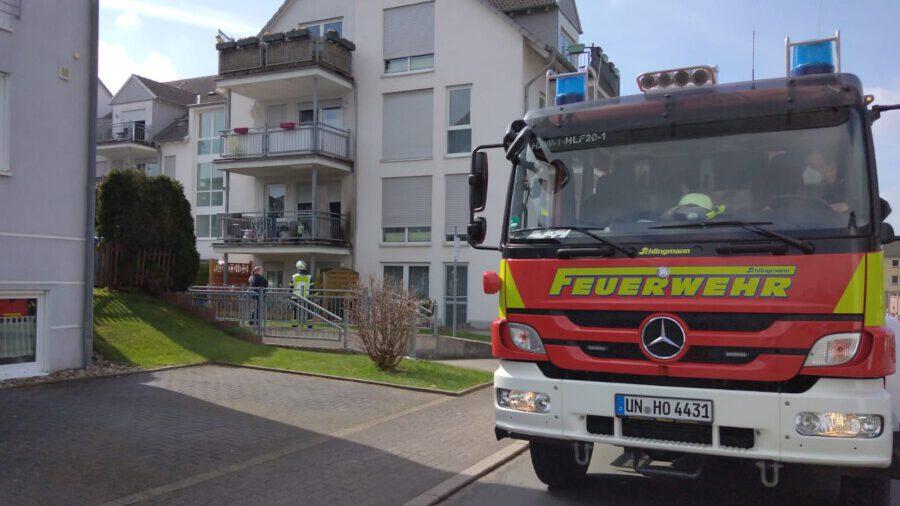 Bewohner konnten den Balkonbrand heute Mittag im Haus Jahnstraße 2 noch vor Einztreffen der Feuerwehr selbstständig löschen. Die Einsatzkräfte des Löschzuges 1 kontrollierten den Einsatzort anschließend vorsichtshalber nach weiteren Brandherden. (Foto: F. Brockbals - Emscherblog)