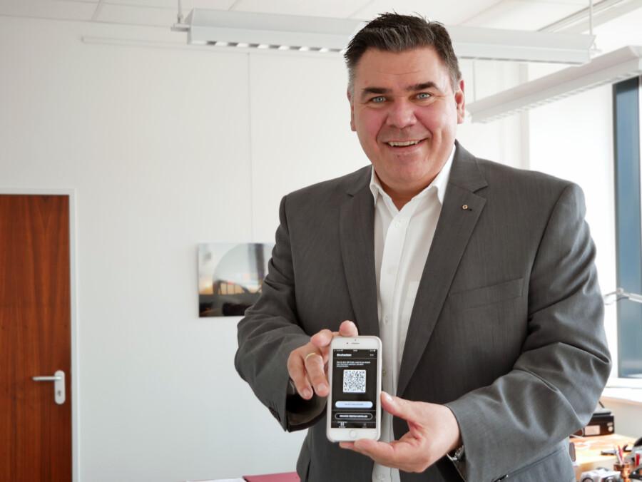 Landrat Mario Löhr mit der luca-App. (Foto Anita Lehrke Kreis Unna)