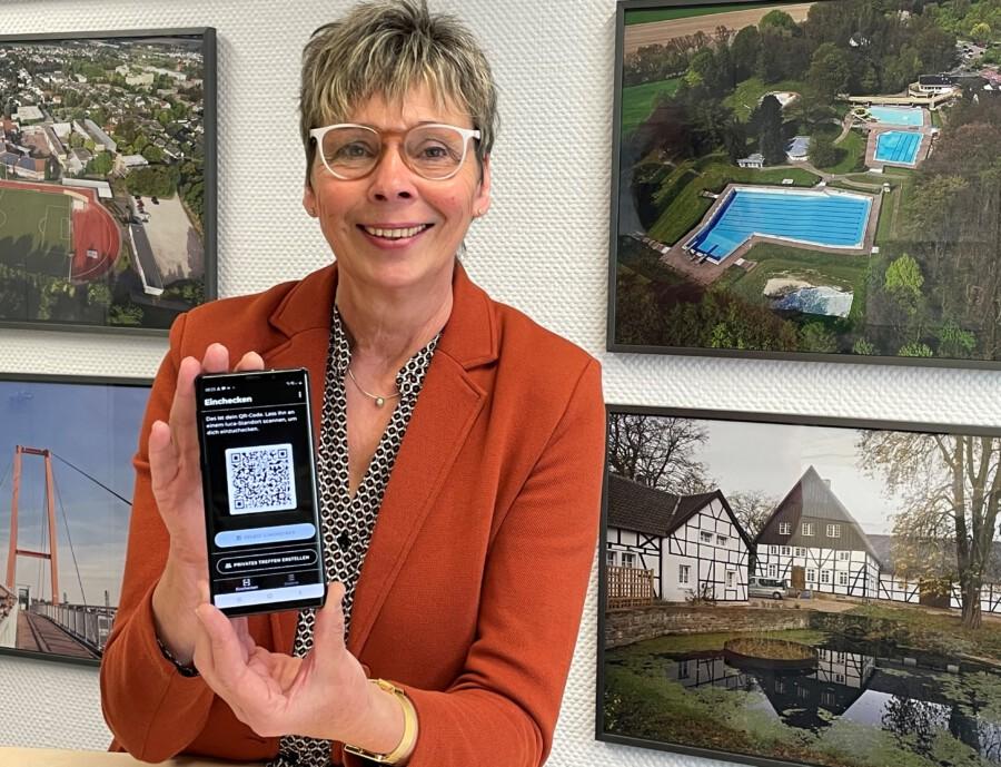 Die Gemeindeverwaltung empfiehlt die Luca-App zur Kontaktverfolgung: Auch Bürgermeisterin Ulrike Drossel nutzt die Luca-App schon. (Foto: Gemeinde Holzwickede)