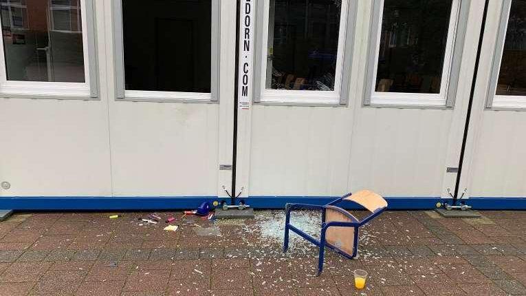 Jüngstes Beispiel für den zunehmenden Vandalismus im Schulzentrum ist dieser beschädigte Unterrichtspavillon.  Die Verwaltung hat nun eine Fotodokumentation (s. unten) an die Fraktionesvorsitzenden verschickt und um Verständnis für die gepöante Umzäunung geworben. (Foto: Gemeinde Holzwickede)