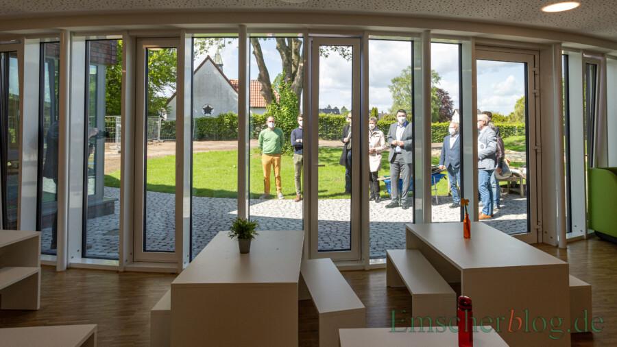 Blick durch das große Panoramafenster in den Außenbereich mit der alten Esche, um die der Architekt die Einrichtung herum geplant hat. (Foto: P. Gräber - Emscherblog)