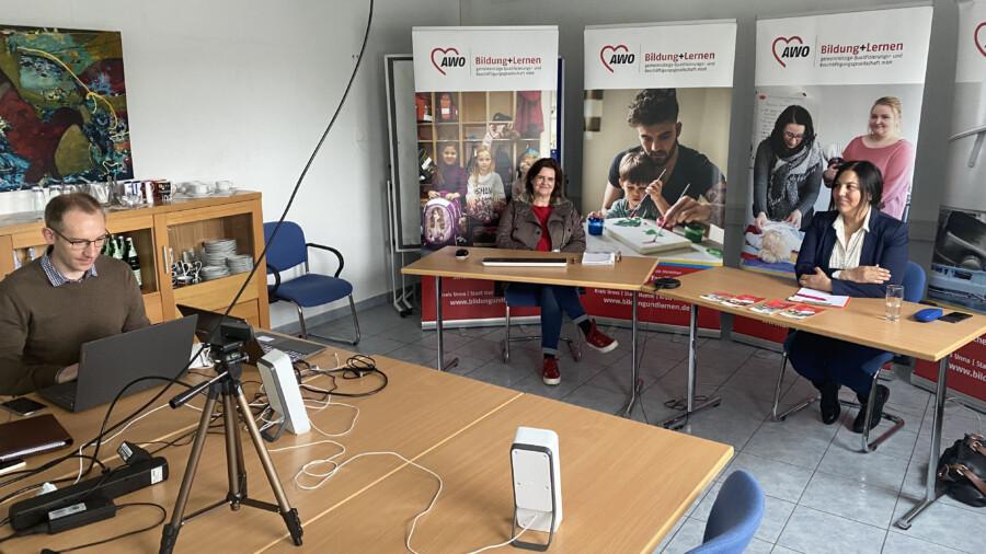 Der Konferenzraum der Bildung+Lernen diente gestern als virtueller Messestand genutzt: Lukas Döring,Silke Rönnberg-GrohsundSaliha Dreisewerd von der Bildung+Lernen gGmbH (v.li.) berieten die Teilnehmer der 2. digitalen Weiterbildungsmesse Ruhr per Videochat. (Foto: Gemünd - AWO RLE)