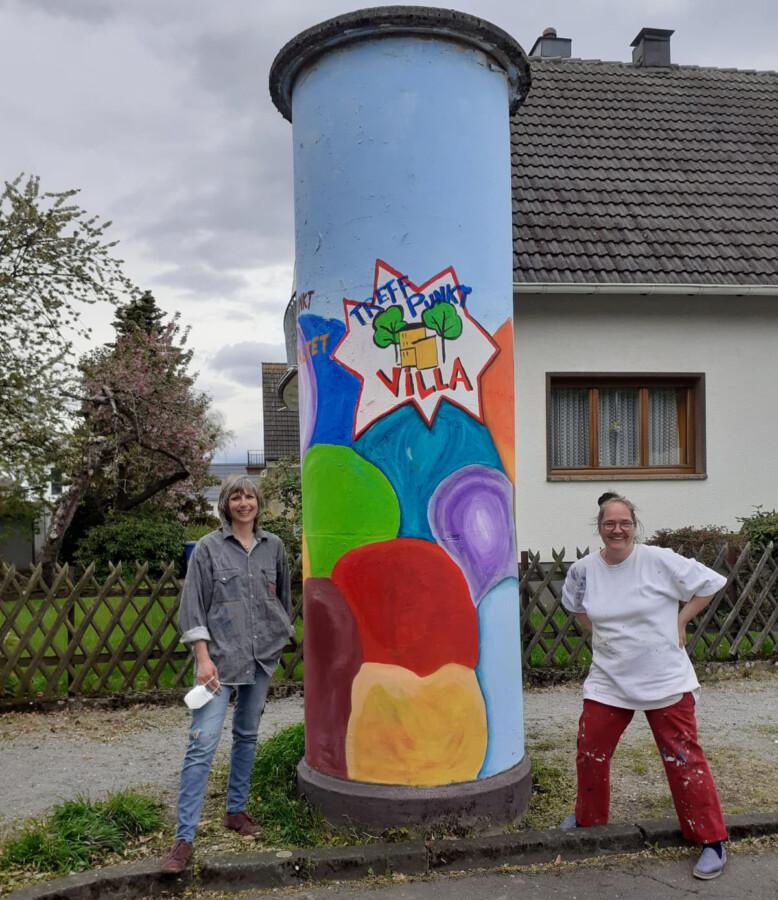 Sonne lockt Malerinnen aus dem Haus: Litfaßsäule an Lessingstraße für Kinder-Bilder vorbereitet