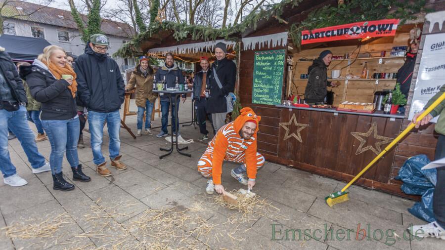 Das Foto zeigt den Stand des Dart Clubs auf dem Holzwickeder Weihnachtsmarkt im Jahr 2017. Unter dem Vordach links neben dem Stand ist auf dem Boden die schwarze Querstrebe zu erkennen, über die eine Besucherin im Jahr darauf stürzte. (Foto: P. Gräber - Emscherblog)