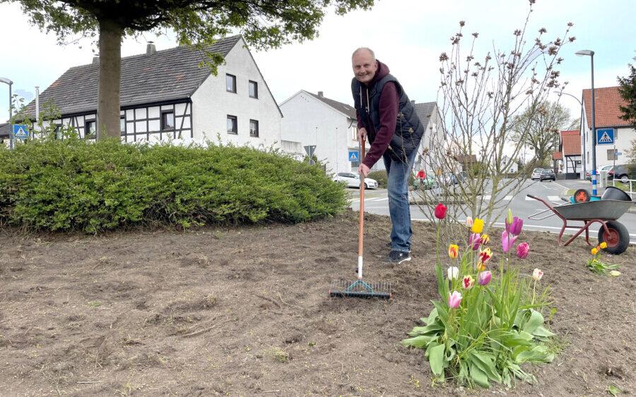 Geht mit gutem Beispiel voran: Ortsvorsteher Volker Schütte hat den Kreisel in Hengsen am Wochenende mit Wildblumen eingesät. Schon bald wird der Kreisel prächtig blühen. (Foto: privat)