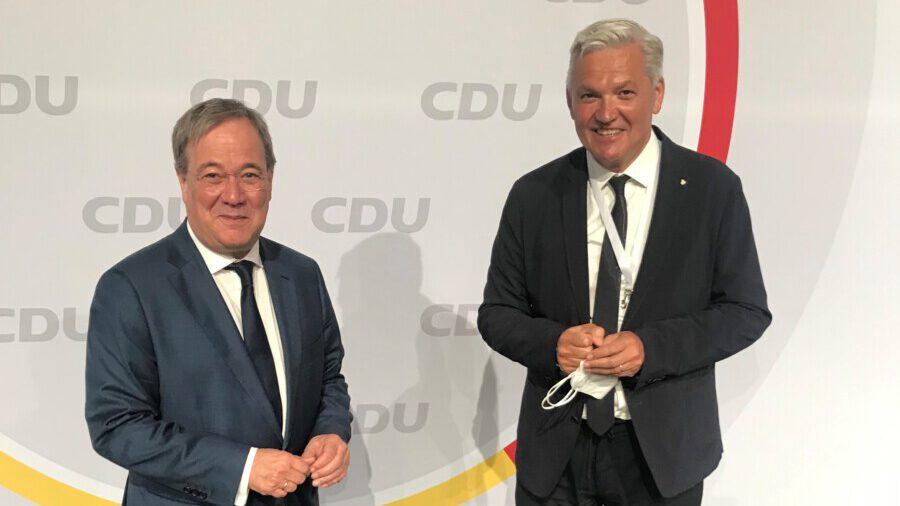 Hubert Hüppe, hier mit Ministerpräsident Armin Laschet, tritt im Mittel- und Südkreis an und wurde auf Platz 21 der Reserveliste gewählt. (Foto: Hubert Hüppe)