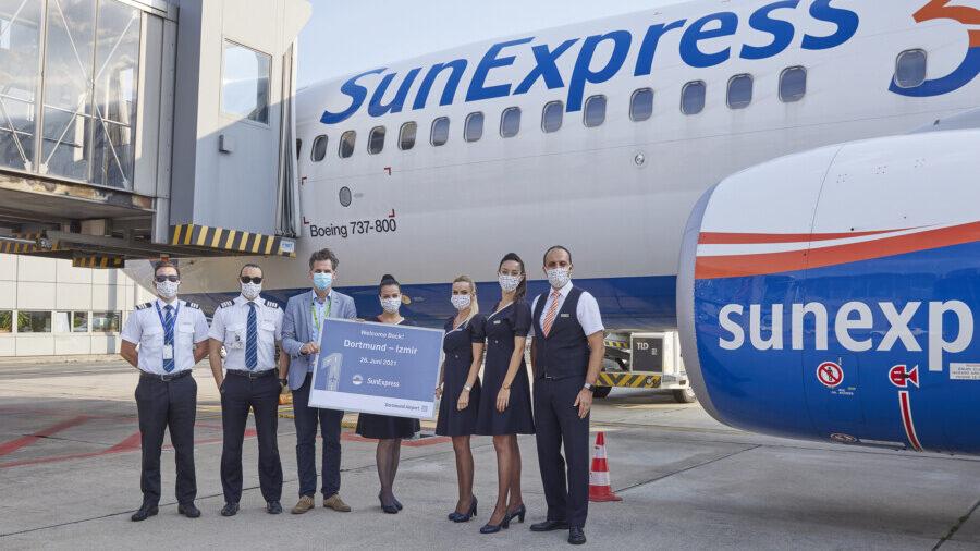 Seit dem Wochenende fliegt SunExpress wieder regelmäßig von Dortmund nach Izmir:  SunExpress-Crew und und Föughafen-Sprecher Tim Elsdörfer. (Foto: Dortmund Airport)