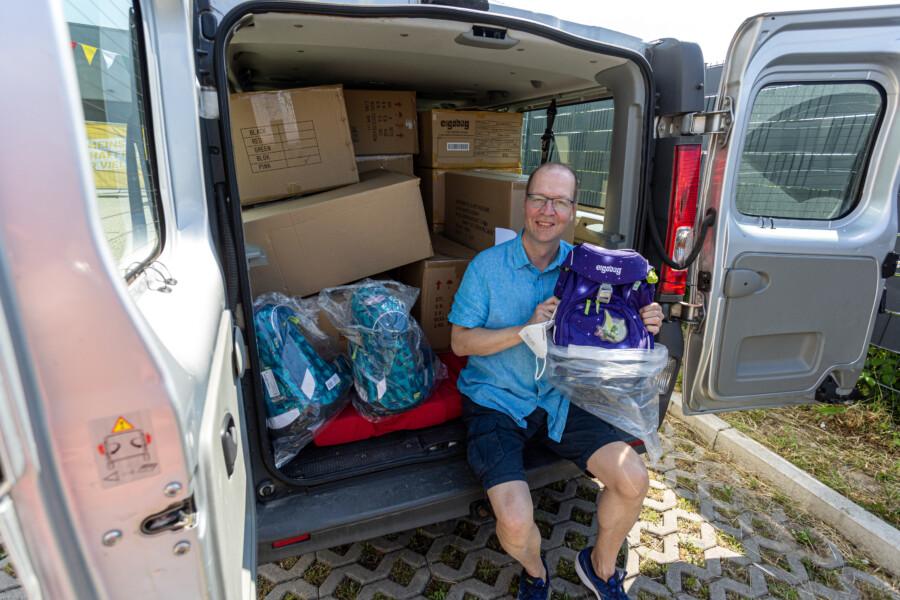 Ganz schön geschafft vom Einräumen, aber glücklich: Einer Abholer heute ist Christian Schäfer, der für die AWO Dortmund seinen Transporter mit Schulranzen vollgepackt hat, um sie an die Kitas der AWO in der Nachbarstadt zu verteilen. (Foto: P. Gräber)