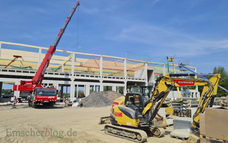 Fast täglich ändert sich derzeit die Optik auf der Baustelle an der Schäferkampstraße: Die beiden großen Lagerhallen sollen inzwischen schon vermietet sein. Der Investor ist morgen zu Gast im Planungs- und Bauausschuss. (Foto: P. Gräber - Emscherblog)