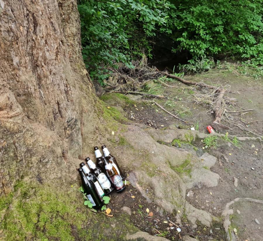 Momentaufnahme des Treffpunktes am Morgen nach der Sitzung am Donnerstag dieser Woche: zurückgelassene Flaschen und anderer Müll.  Am oberen Bildrand erkennbar: die mit Ästen und Abfällen völlig verstopfte Emscher. (Foto: P. Gräber - Emscherblog)