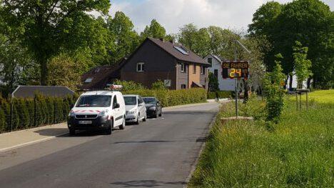 Eine Tempowarnanlage weist Autofahrer neuerdings an der Weststraße auf die gefahrene Geschwindigkeit hin. (Foto: Gemeinde Holzwickede)