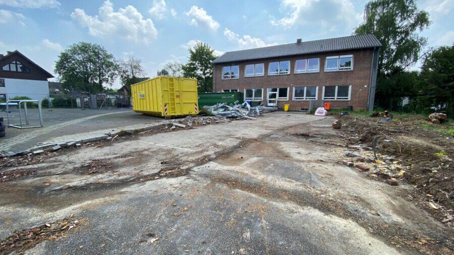 Der ehemalige DRK-Pavillon an der Dudenrothschule ist abgerissen. Auf dem freien Baufeld wird der Erweiterungsbau für die OGS der Dudenrothschule entstehen. (Foto: Gemeinde Holzwickede)