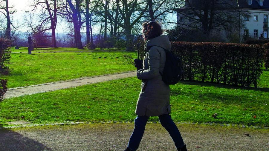 Im Künstlerinnengespräch verrät Johanna Steindorf welche Entstehungsgeschichte hinter dem Audio-Walk steckt und welche Intention sie bei dem Projekt verfolgt hat: Spaziergang mit Kopfhörer am Haus Opherdicke. (Foto: Kreis Unna)