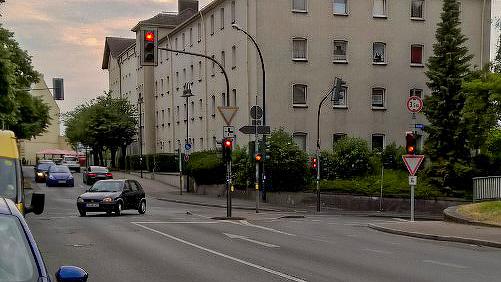 Von links aus der Allee kommende Radfahrer können nicht geradeaus weiter in Richtung Unterführung fahren. Die Verwaltung soll nun prüfen, welche Möglichkeiten der Optimierung es gibt. (Foto: P. Gräber – Emscherblog)