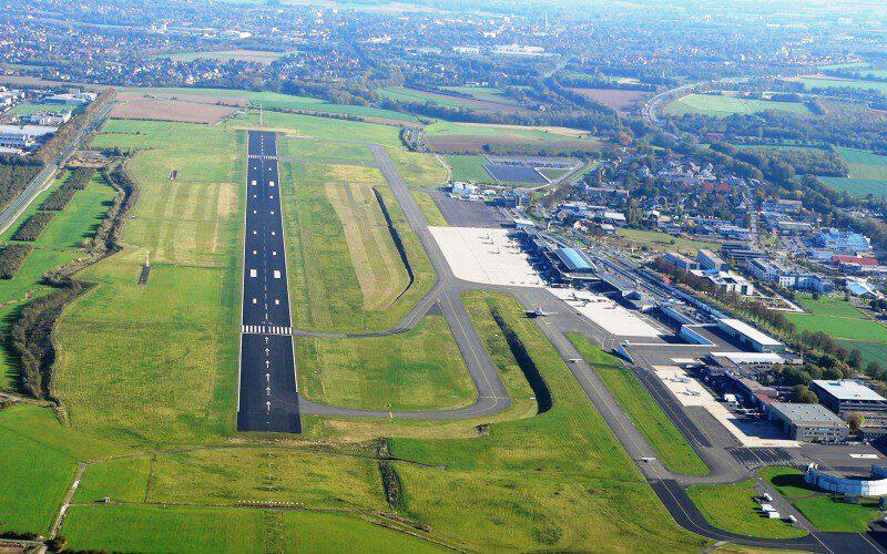 Dieses Luftbild zeigt den Dortmunder Flughafen mit der Start- und Landebahn. Das Jahresergebnis 2020 weist einen Verlust von 21,8 Mio. Euro aus. Durch die Corona-Pandemie fällt das Ergebnis um 11,4 Mio. Euro schlechter aus gegenüber dem Vorjahr. Dennoch hat der Ausichtsrat jetzt weitere Invstitionen in digitale Technologien beschlossen. (Foto: DTM Luftbild Airport Dortmund)