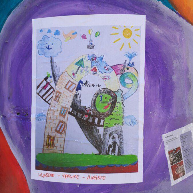 Mit Bildern wie dieses, auf dem ein achtjähriges Mädchen ihre Träume, Wünsche und Ängste in der Corona-Pandemie gemalt hat, ist die Litfaßsäule an der Lessingstraße plakatiert worden. (Foto: Treffpunkt Villa)