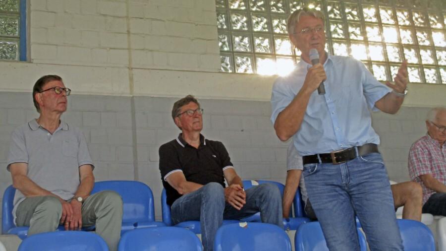 Aufsichtsratsvorsitzender Gerd Grube (r.) verkündet in der Jahreshauptversammlung den Durchbruch bei der Standortsuche für das geplante Sportforum:  Das Projekt soll im hinteren Bereich des Montanhydrauklik-Stadions gebaut werden.  (Foto: privat)