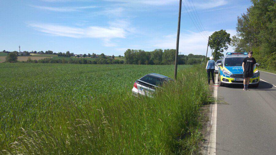 Eine ältere Dame landete heute Nachmittag mit ihrem Pkw Mercedes auf einem Feld an der Weststraße in Hengsen. (Foto: Frank Brockbals - Emscherblog)