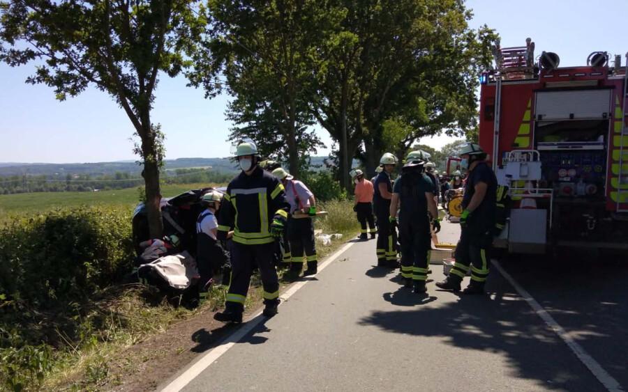 Bei einem Verkehrsunfall auf der Schwerter Straße wurde der Fahrer schwer verletzt in seinem Fahrzeug eingeklemmt. Die Bergung gestaltete sich schwierig. Die Feuerwehr der Gemeinde bemühte sich ca. 40 Minuten, bis das Opfer befreit werden konnte. (Foto: F. Brockbals - Emscherblog)