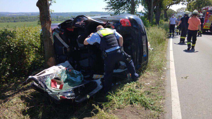 Die Polizei sucht Zeugen: Bei diesem Verkehrsunfall auf der Schwerter Straße wurde ein 32-jähriger Holzwickeder Sonntagmittag schwer verletzt. Seinen Angaben zufolge wurde er von einem entgegenkommenden Fahrzeug von der Straße gedrängt. (Foto: F. Brockbals - Emscherblog)