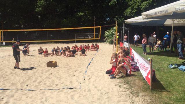 Die Kinder warten gespannt auf die Siegerehrung auf der Beachanlage des 1. VVH in der Schönen Flöte. (Foto: privat)