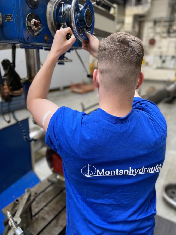 Montanhydraulik GmbH hat allen Mitarbeiterinnen und Mitarbeitern ein Impfangebot gemacht: Die Impfbereitschaft der Belegschaft ist groß. Erkennbar auch am Pflaster nach dem kleinen Pieks. (Foto: Montanhydraulik GmbH)