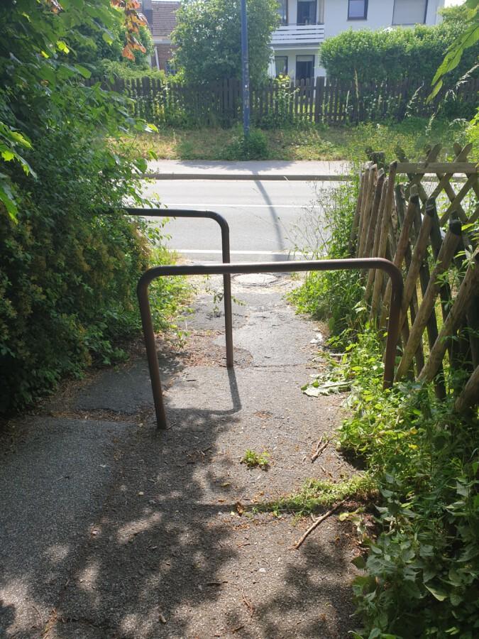Das Foto zeigt die Situation am Ende des Verbindungsweges zwischen Rosenweg und Holzwickeder Straße: Diese Barrieren verhindern die Nutzung des Weges durch Rollstuihlfahrer. (Foto: privat)