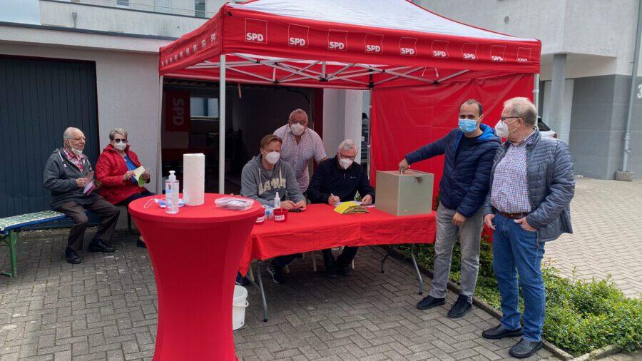 Pandemiebedingt wurden die Jahreshauptversammlung und die Urnenwahlen des SPD Ortsvereins Holzwickede digital durchgeführt: Stimmenauszählung zur Vorstandswahl. (Foto: SPD Holzwickede)