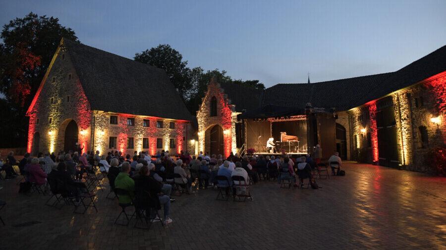 13 Konzerte auf der Opherdicker Sommerbühne versprechen lauschige Sommerabende im Innenhof des kreiseigenen Haus Opherdicke. (Foto: Kreis Unna)