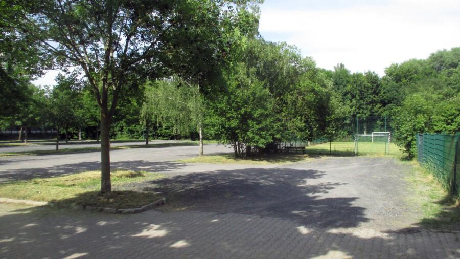 In diesem Bereich soll das Sportforum des HSC entstehen: Der Bolzpplatz (rechts im Bild) und auch ein Teil der umliegenden Gäste-Parkplätze soll für den etwa 30 c 50 m großen Neubau genutzt werden. (Foto: privat)