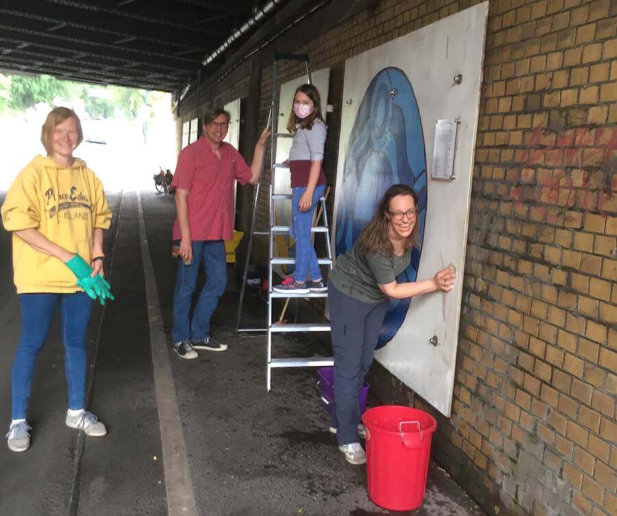 Wer sagt, dass Putzen keinen Spaß macht? Judith Kuck-Bösing, Ulrike Dürholt, Greta Kuck und Michael Sacher bei der Reinigung der Wandbilder in der Untzerführung. (Foto: privat)