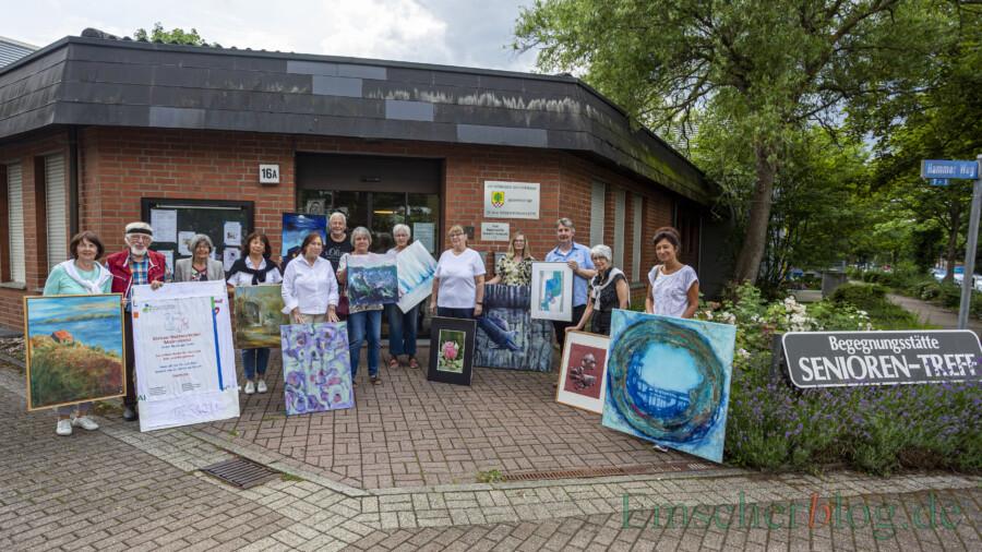 Die Künstlerinnen und Künstler trafen sich mit ihren Werken am vergangenen Freitag (9.7.) mit dem Ehepaar Pfauter zur Vorbesprechung des kleinen Malermarktes in der Seniorenbegegnungsstätte. (Foto: P. Gräber - Emscherblog)