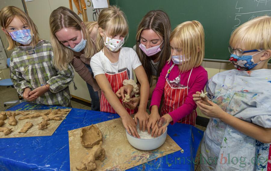 Amy ( J.), Aisling Haselhoff, Julie (7 J.), Ann-Kathrin Strege, Nele (6 J.) und  Leon (7 J.) töpfern Tiere für die Arche Noah in der Sommerschule der Aloysiusschule. (Foto: P. Gräber - Emscherblog)