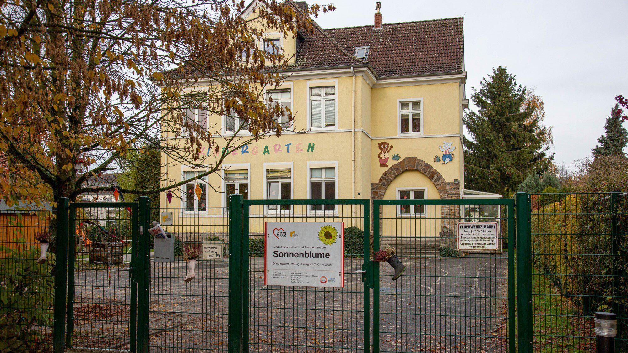 Das Grundstück mit dem ehemaligen Kindergarten der AWO an der Dorfstraße ist inzwischen verkauft worden. Die UKBS will darauf 30 bis 36 moderne, altengerechte Mietwohnungen mit ambulanten Servicemöglichkeiten errichten. (Foto: P. Gräber - Emscherblog.de)
