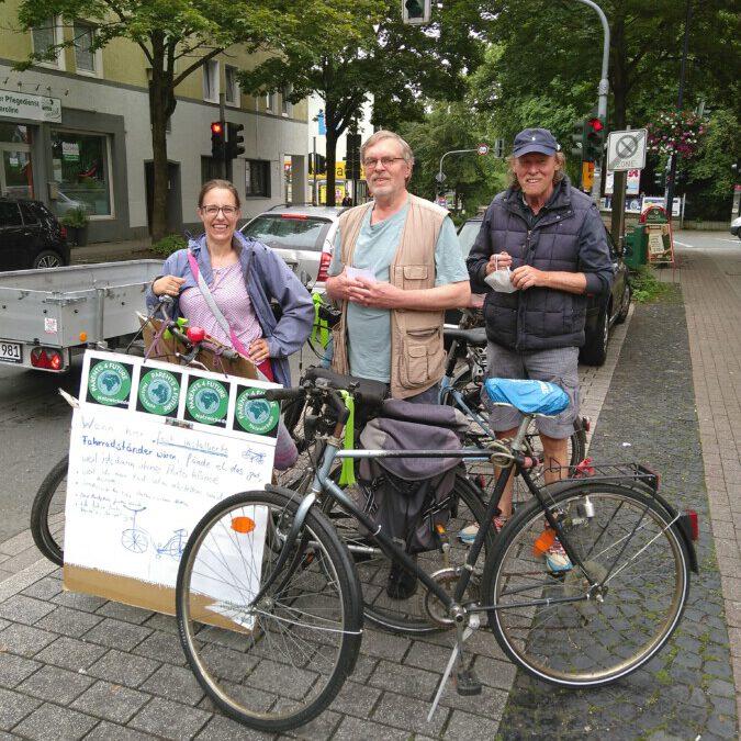 Sammelten Argumente der Passanten für oder gegen eine Fahrradabstellanlage vor der Bäckerei Grobe an der Nordstraße, (von li.): Judith Kuck-Bösing, Uli Bangert und Friedhelm Klemp. (Foto: privat)