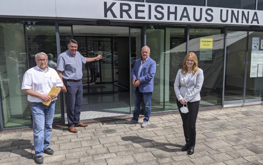 Von links: Dezernent Uwe Hasche, Landrat Mario Löhr, Holger Gutzeit (Leiter Zentrale Dienste) und Silke Neubert (Leiterin Zulassungsstelle) stellen den Plan zum Besuch ohne Termin ab 2. August vor. (Foto Max Rolke - Kreis Unna)