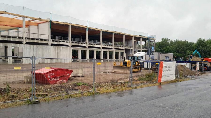 Die beiden großen Lagerhallen des Logistikzentrums an der Schäferkampstraße sind vermietet.  Wie der Investor gestern im Planungsausschuss erklärte, sind nicht mehr als ca. 20 Lkw-Bewegungen täglich zu erwarten. (Foto: P. Gräber - Emscherblog)