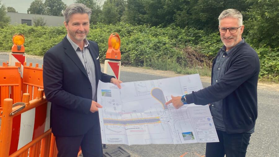 WFG-Projektleiter Markus Netzel (links) und Bauleiter Michael Schiller stimmten jetzt letzte Details für den Straßenendausbau ab. (Foto: WFG - Ute Heinze)