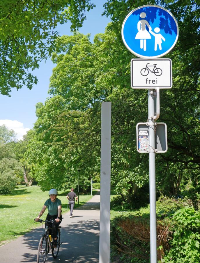 Rücksichtsvolles Miteinander auf einem gemeinsamen Fuß- und Radweg. (Foto: Birgit Kalle – Kreis Unna)