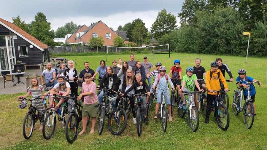 Viele Aktivitäten der Ferienfreizeit in Eastermar Niederlande wurden, wie in Holland üblich, mit dem Fahrrad absolviert:  Manche der Jugendlichen aus Holzwickede, Bönen und Fröndenberg sammelten in den zehn tagen über 400 Kilometer auf ihren Fahrradtachos. (Foto;: privat)