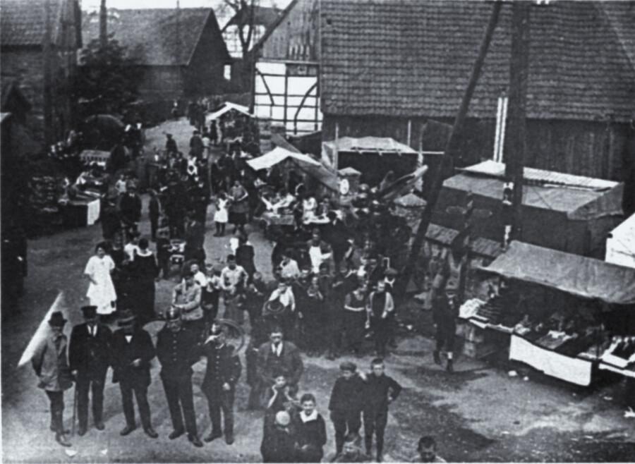 Was kaum noch jemand aus der Generation weiß, ist, dass es in Hengsen auch früher eine Kirmes gab: Hengser Himmelfahrtskirmes im Jahr 1925. Blick von Westen auf die heutige Unnaer Straße. (Foto: Archiv)