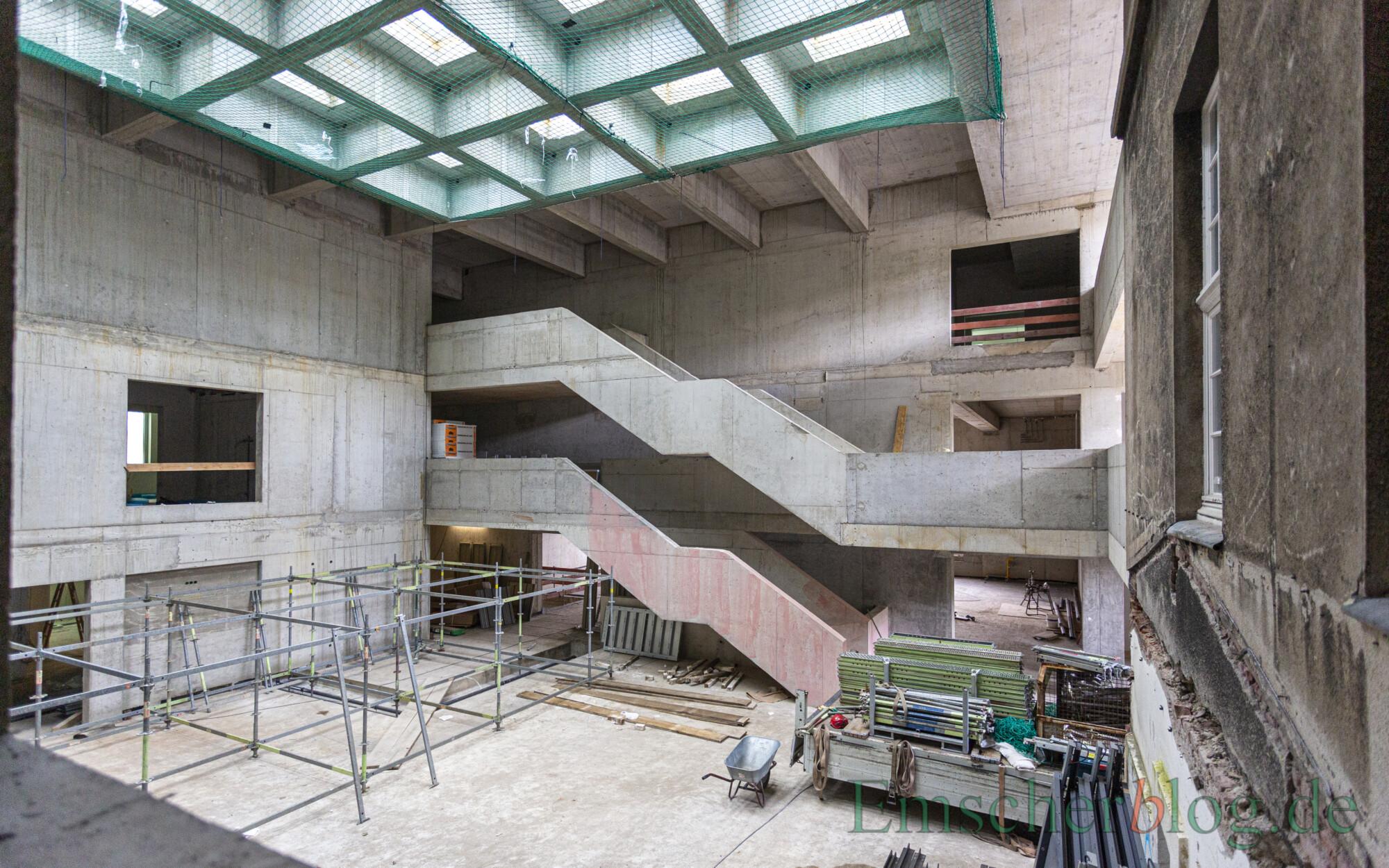 Blick aus dem Fahrstuhlschacht in das lichtdurchflutete künftige Foyer des Rathauses. (Foto: P. Gräber - Emscherblog)
